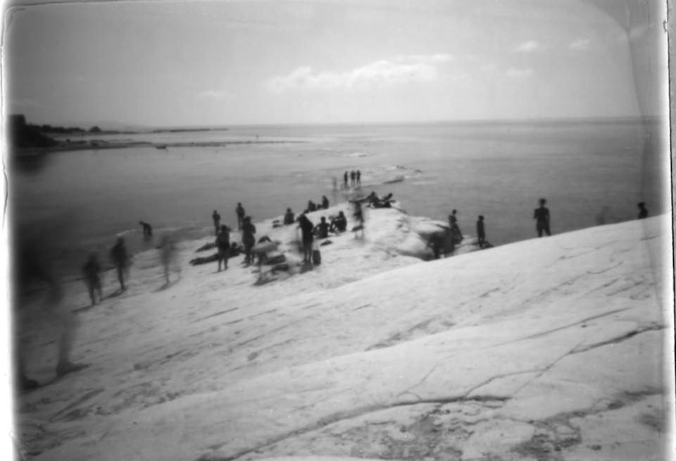 Menschen an einer Küste