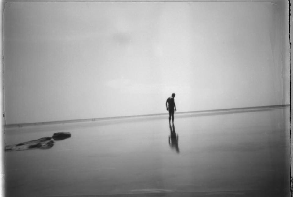 Eine Person steht in flachem Wasser