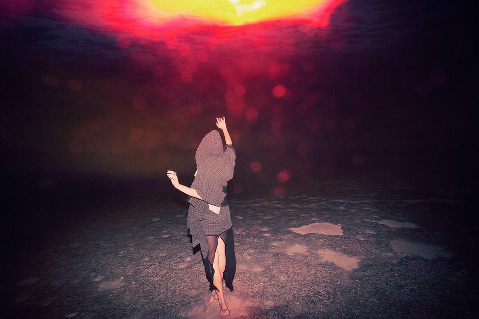 Eine tanzende Frau im Feuer.