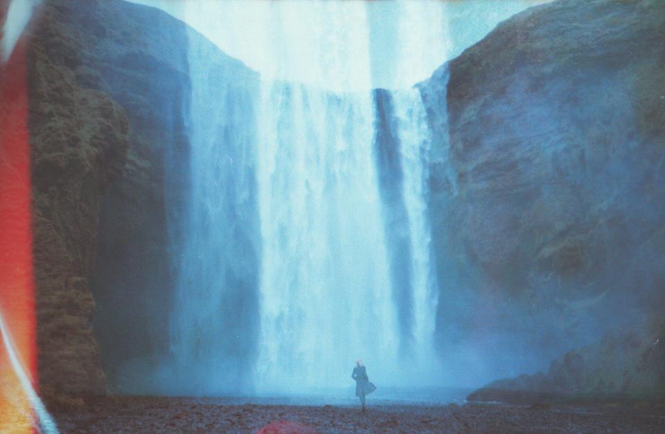 Eine Doppelbelichtung mit einer Frau und einem Wasserfall.