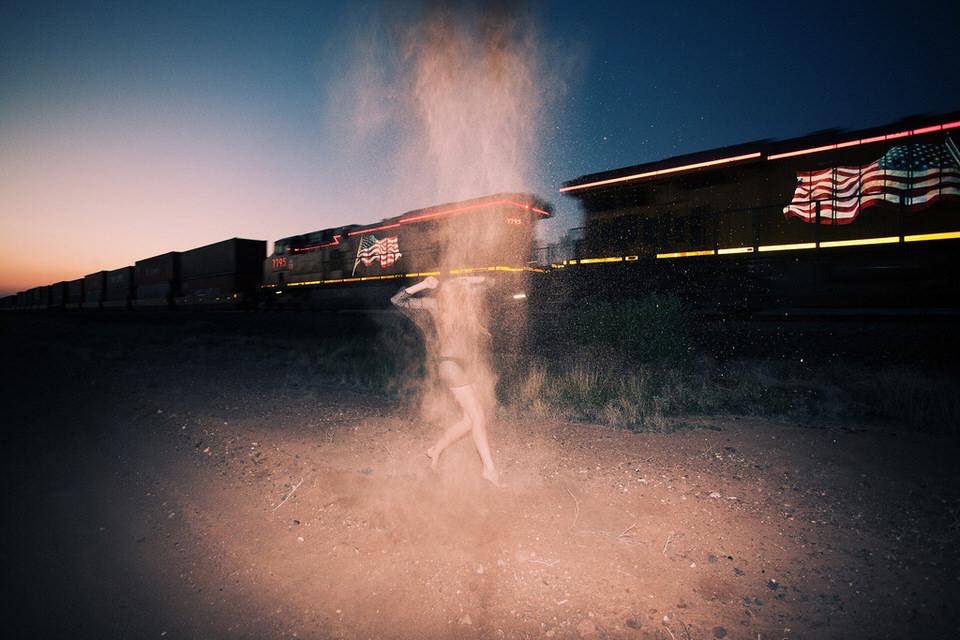 Eine Frau läuft neben einem Güterzug.