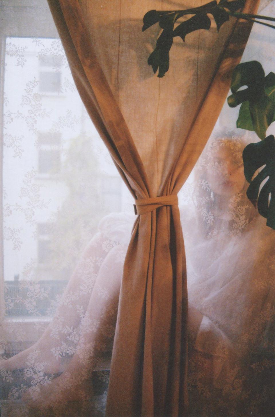 Eine Frau hinter einem Vorhang, hinter einem Vorhang.