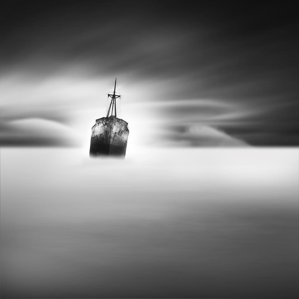 Ein Schiff liegt schräg auf dem Meer.