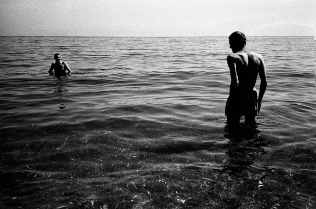 Zwei Männer im Meer und viel Filmkorn.