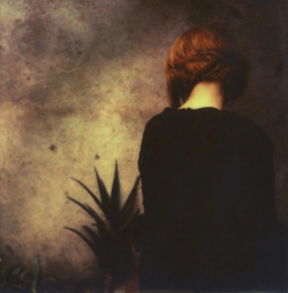 Eine Frau mit dem Rücken zum Betrachter