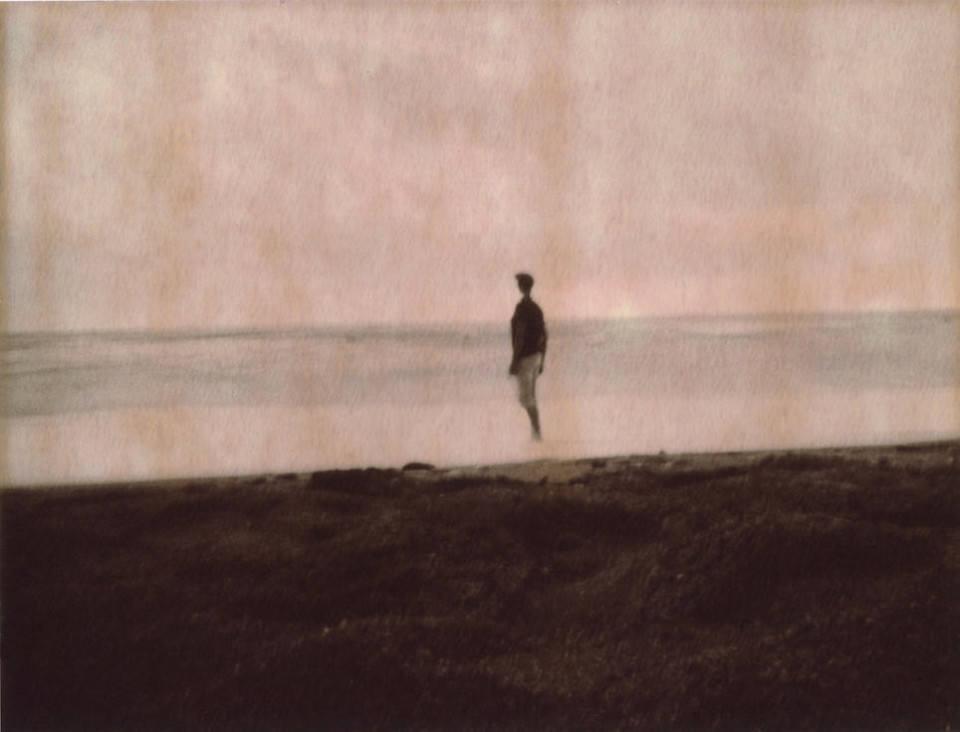 Eine Person steht im Wasser