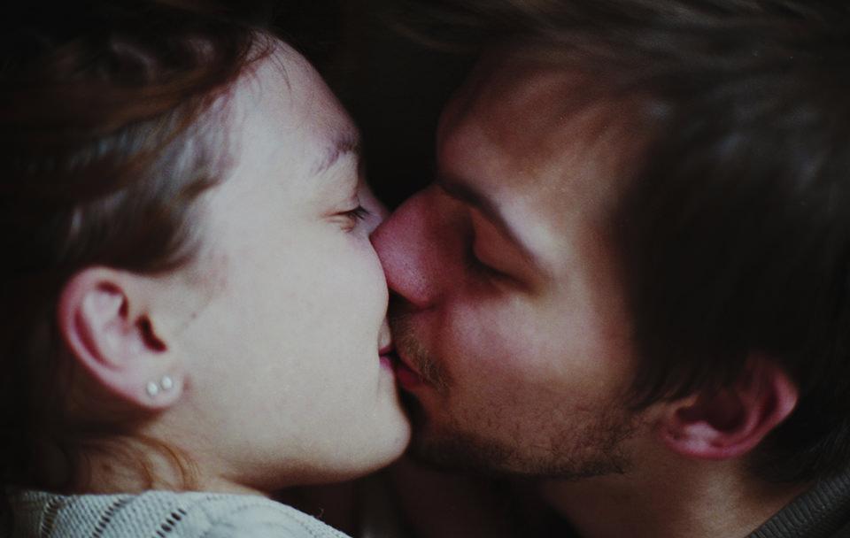 Portrait: Ein Paar küsst sich.