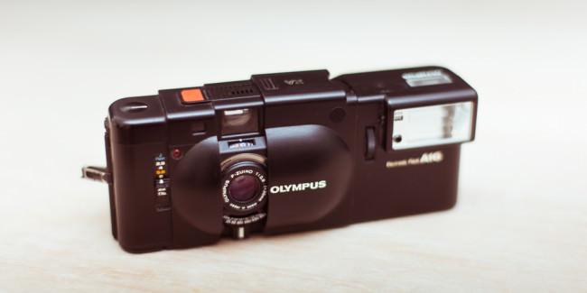 Eine Olympus XA von etwas oben fotografiert.