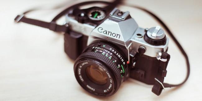 Eine Canon AE-1 von oben fotografiert.
