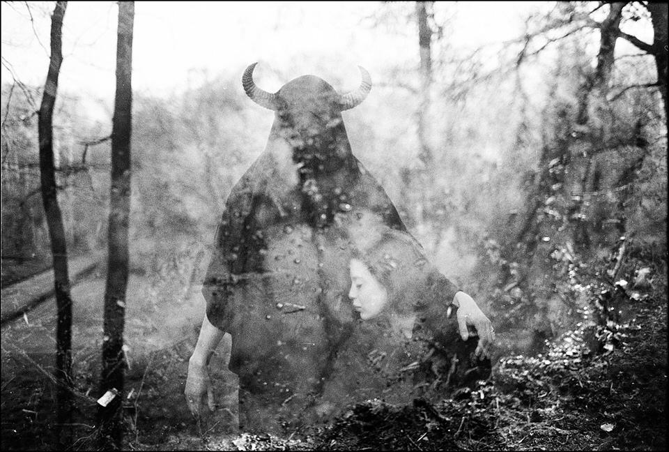 Doppelbelichtung, eine Frau und eine Person mit Tiermaske sind zu sehen.