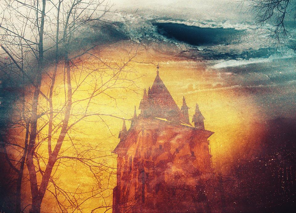 Doppelbelichtung in Farbe, auf der ein Turm und Bäume zu erkennen sind.