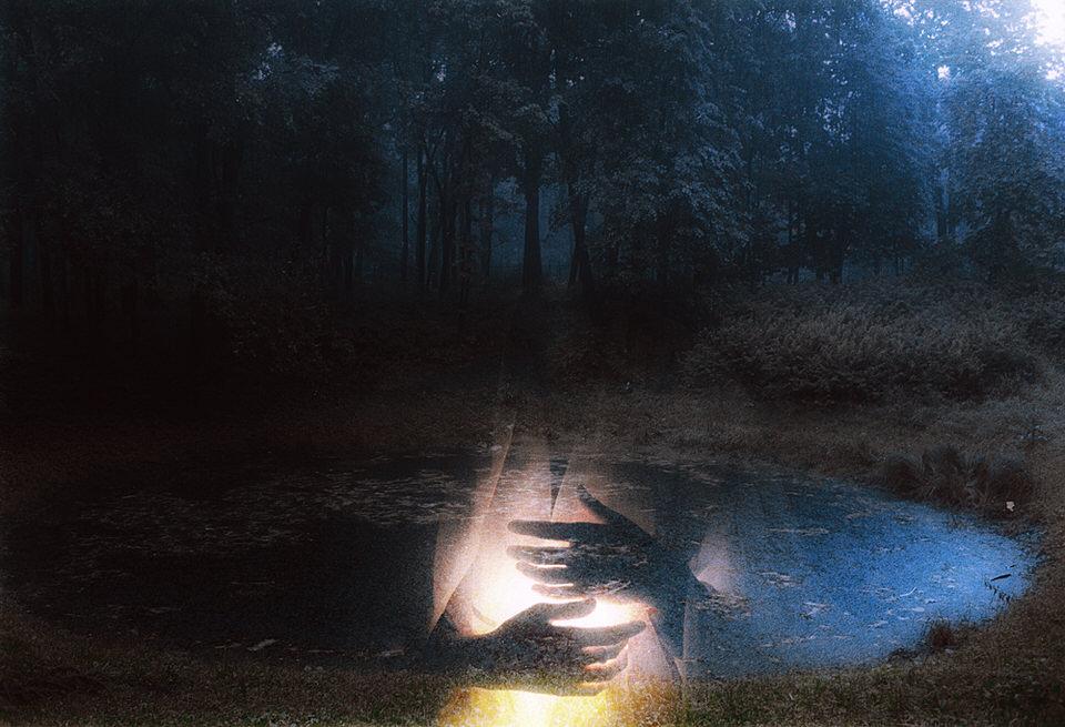 Doppelbeluichtung mit einer Person, deren Hände zu erkennen sind, auf dem zweiten Bild ein See im Wald.