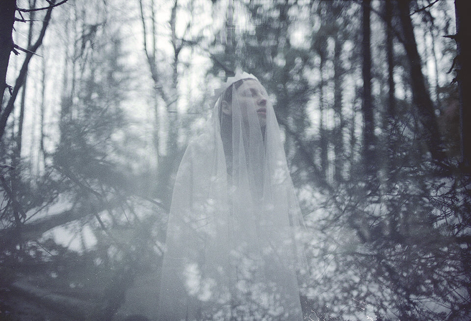 Doppelbelichtung mit einer Frau im Schleier und Wald.