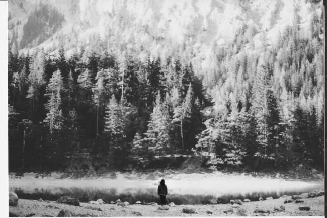 Kleine Person vor Waldlandschaft