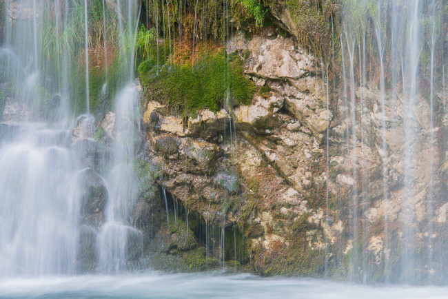 Landschaftsfotografie: Kleiner Wasserfall von vorne.