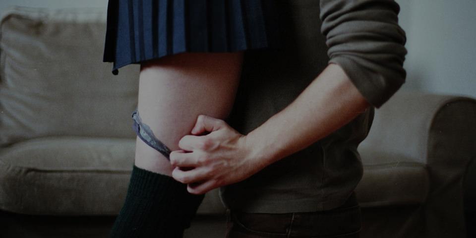Ein Mann zieht einer Frau die Unterhose aus.