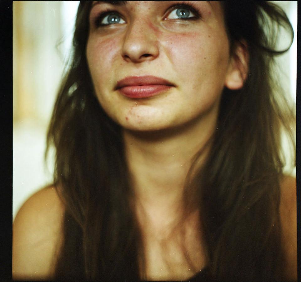 Eine Frau im Portrait mit abgeschnittener Stirn