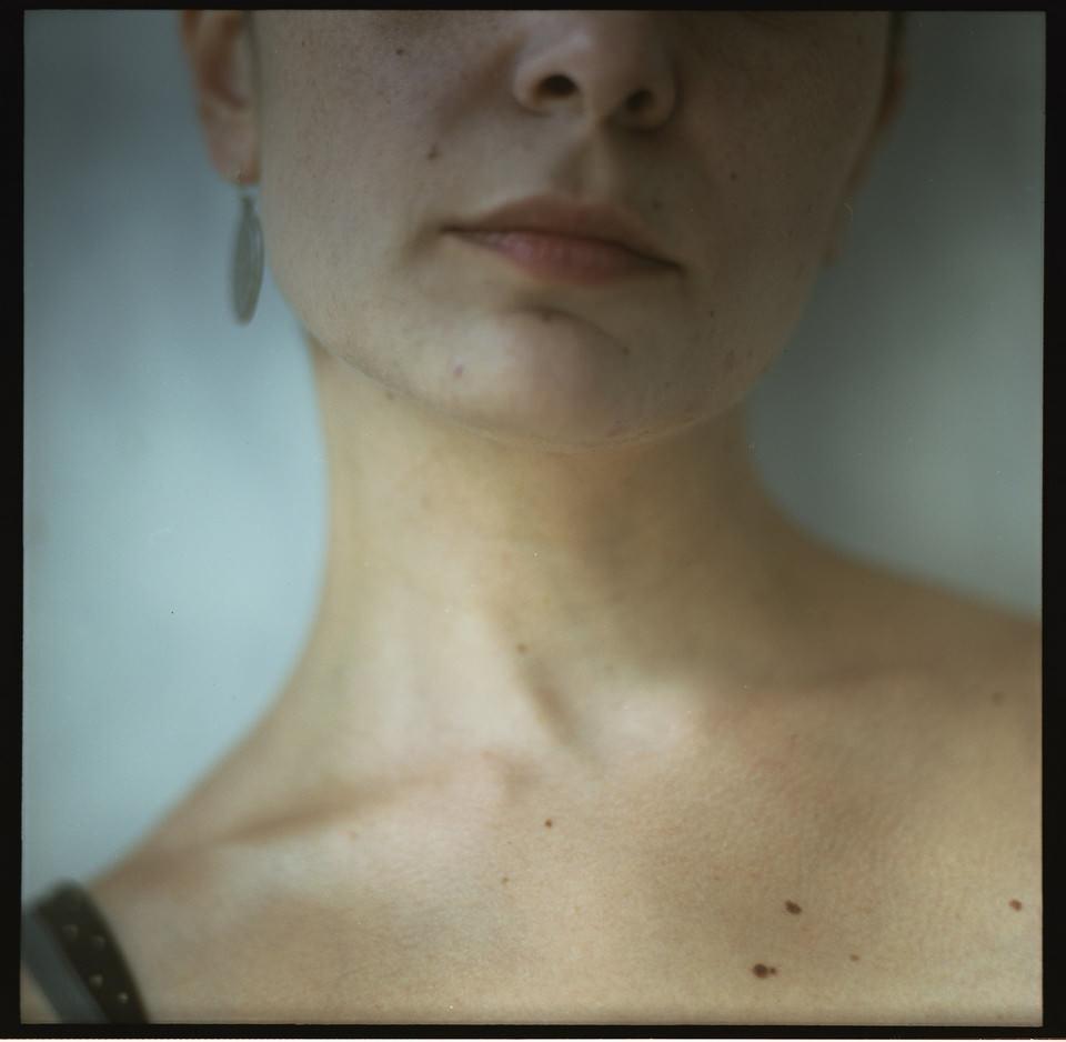 Frauenhals mit abgeschnittenem oberen Gesichtsteil