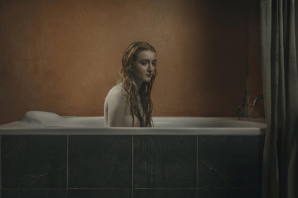 Eine Frau sitzt in einer Badewanne