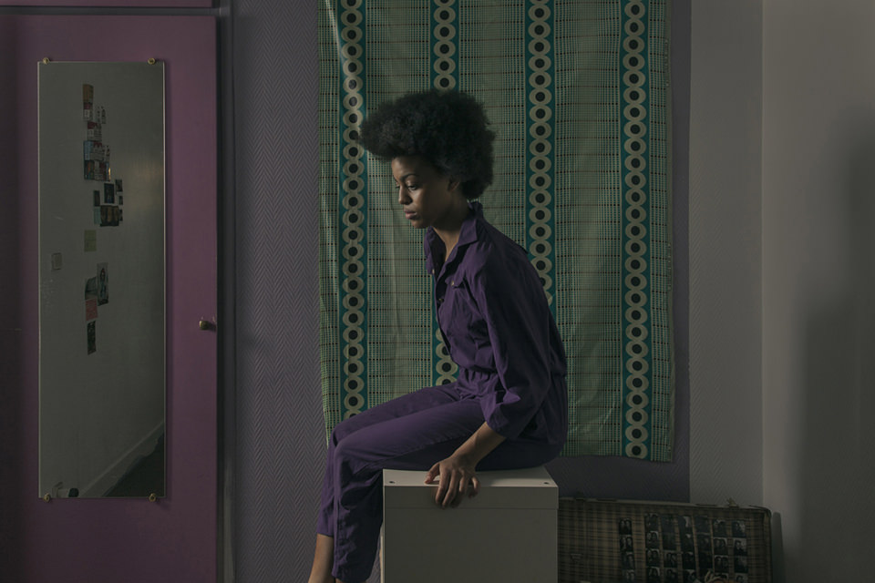 Eine Frau sitzt in einem Badezimmer