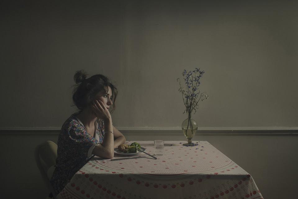 Eine Frau sitzt an einem Tisch