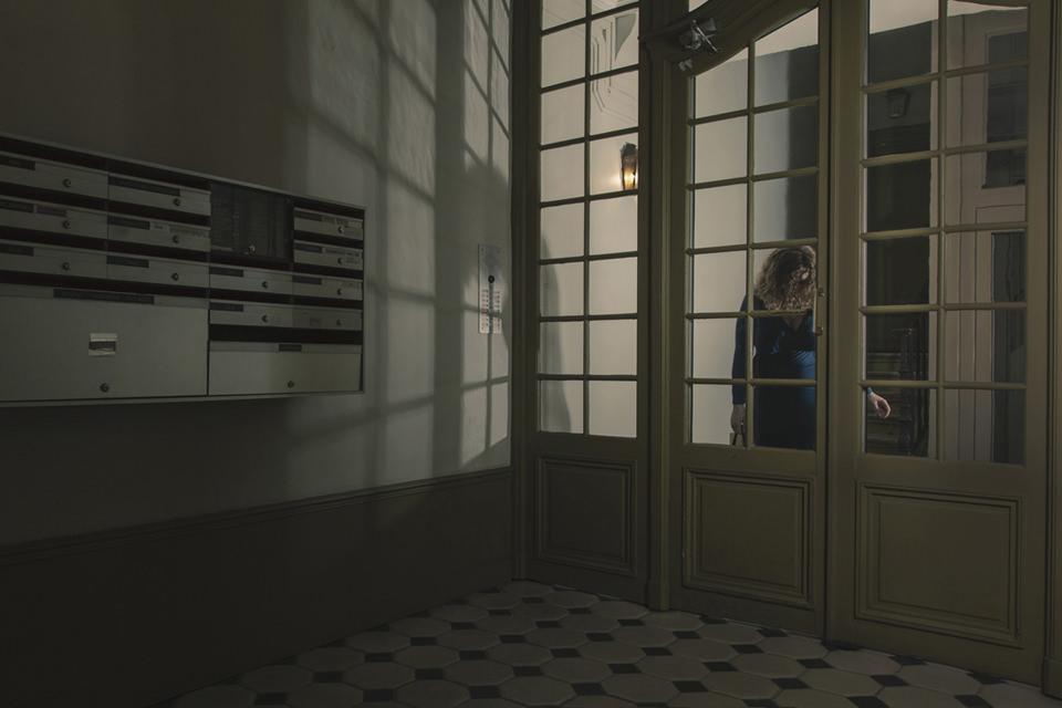 Eine Frau steht in einer Eingangstür