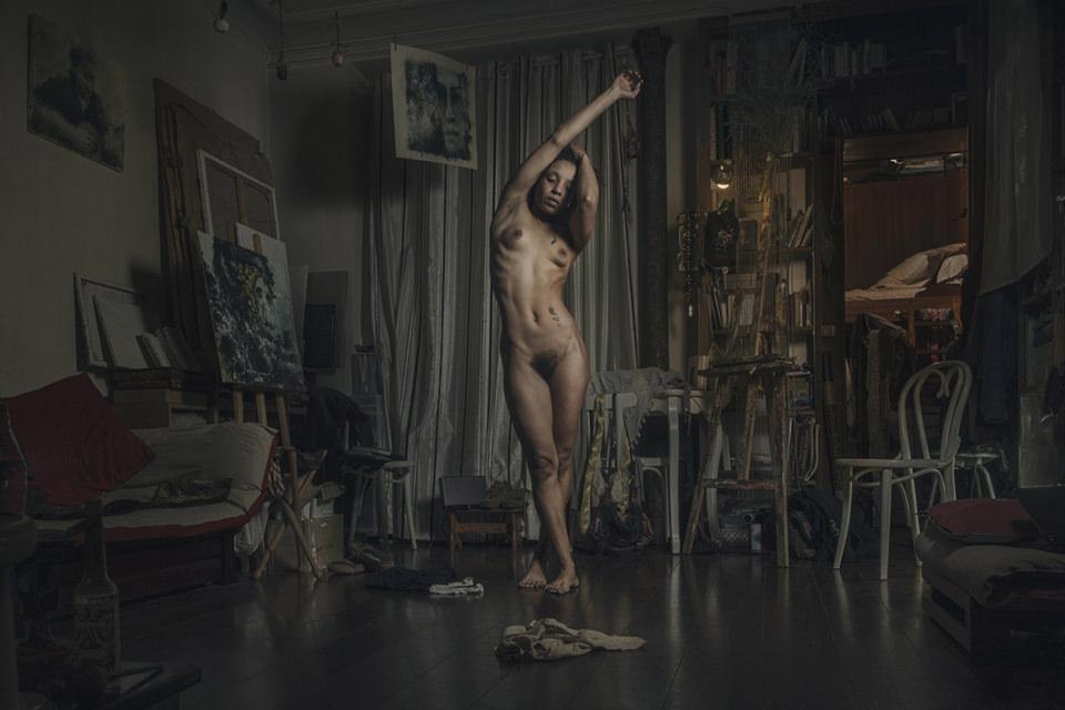 Eine Frau steht nackt in einem Zimmer