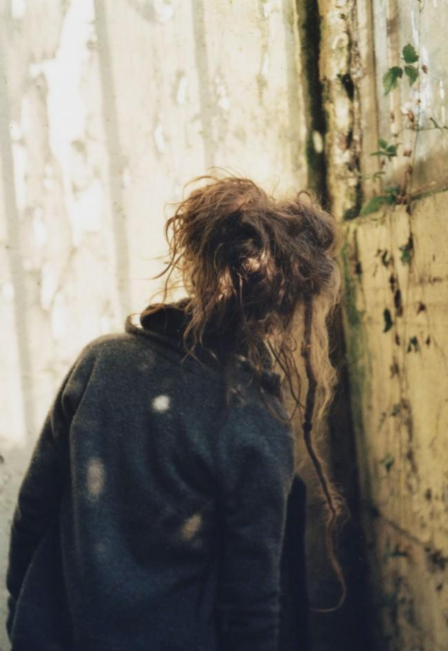 Die Rückenansicht eines Mädchens mit wirren Haaren.