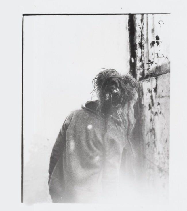 Die Rückenansicht eines Mädchens in schwarzweiß.