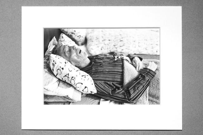 Am Totenbett eines Menschen.