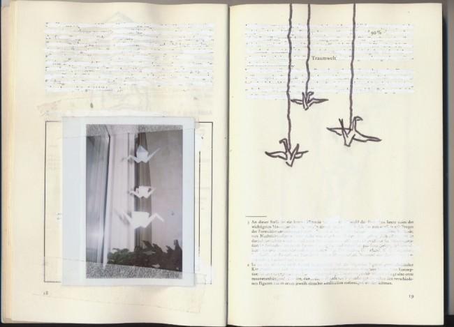 Ein aufgeklapptes Buch, darin ein Foto mit Origamikranichen und gezeichneten Vögeln.