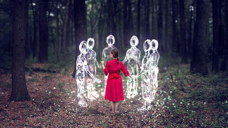 Die Frau schließt sich einem Kreis von Lichtgestalten an.