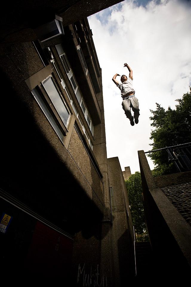 Ein Mann springt von einem Gebäude.