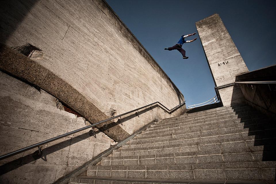 Ein Mann springt über eine Treppe.