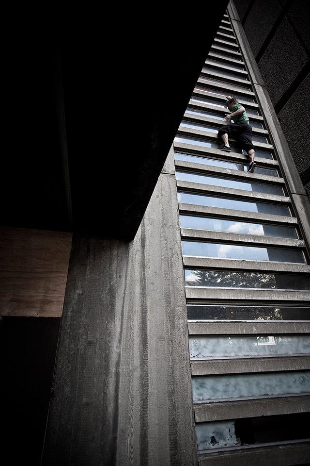 Ein Mann klettert an einer Mauer.