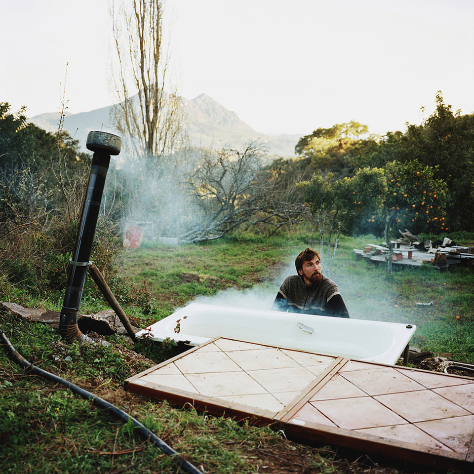 Mann sitzt vor selbstkonstruierter Therme