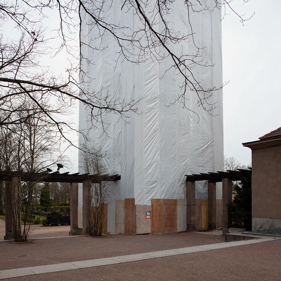 Verhülltes Bauwerk in Helsinki
