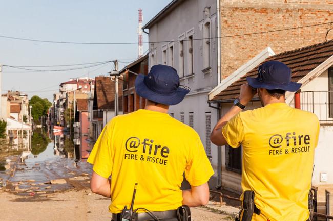Zwei Männer in gelben Tshirts beschauen sich die Lage.