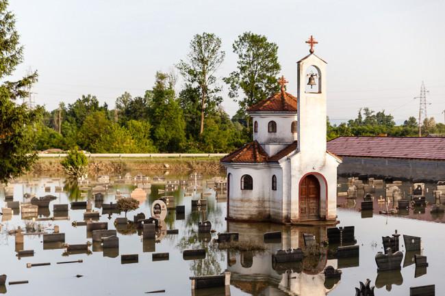 Ein überfluteter Friedhof.