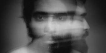 Verschwommenes Portrait eines Mannes