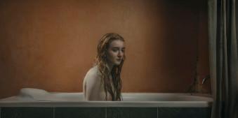 Eine junge Frau in der Badewanne