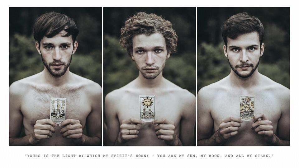 Drei Portraits dreier männer mit Karten vor der Brust.