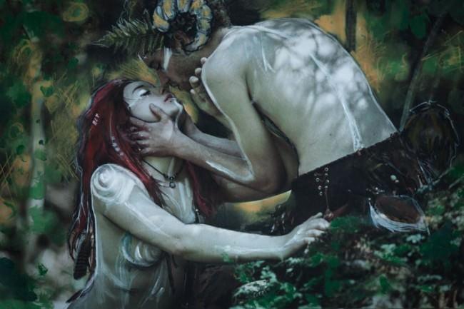Wassernympfe und Satyr küssen sich.