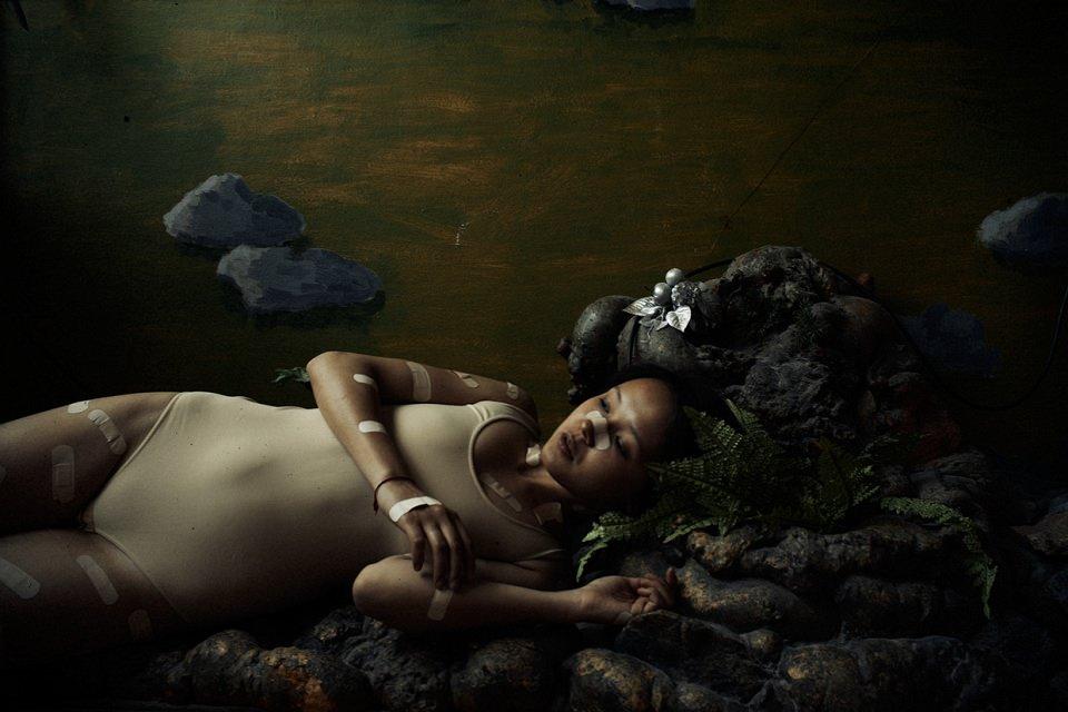 Eine Frau mit vielen Pflastern auf der Haut.