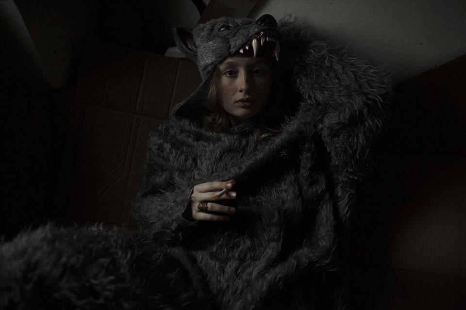 Eine Frau, gekleidet in ein Wolfskostüm.