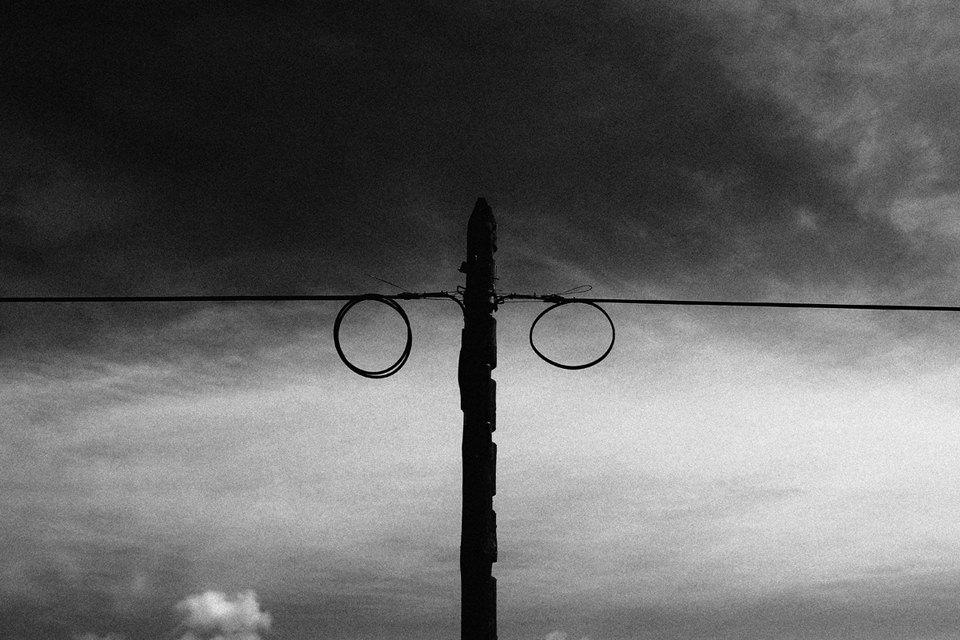 Ein Mast mit zur Schlaufe gedrehten Kabeln.