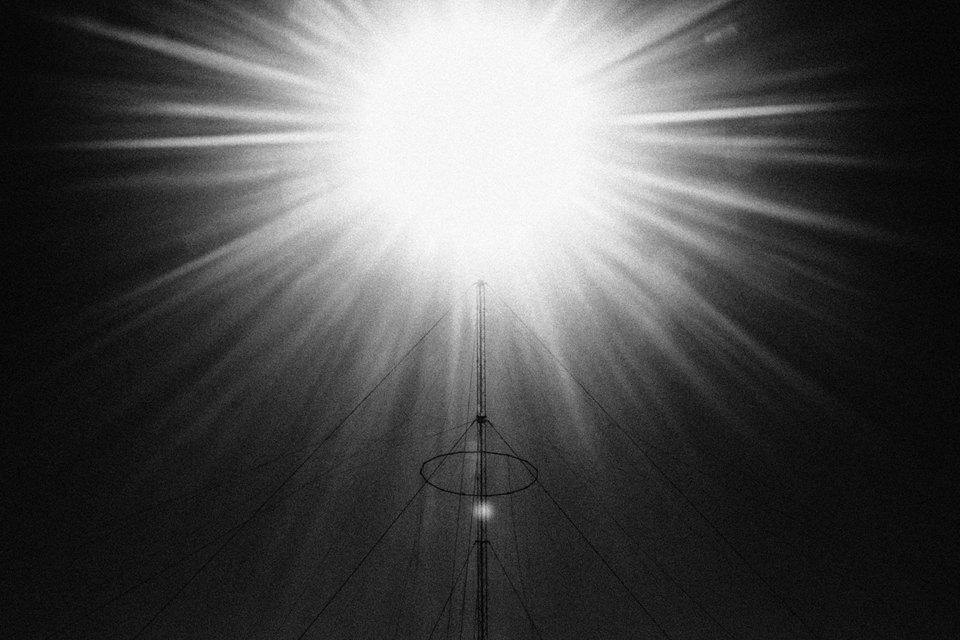 Sonne über einer Pyramide aus Draht