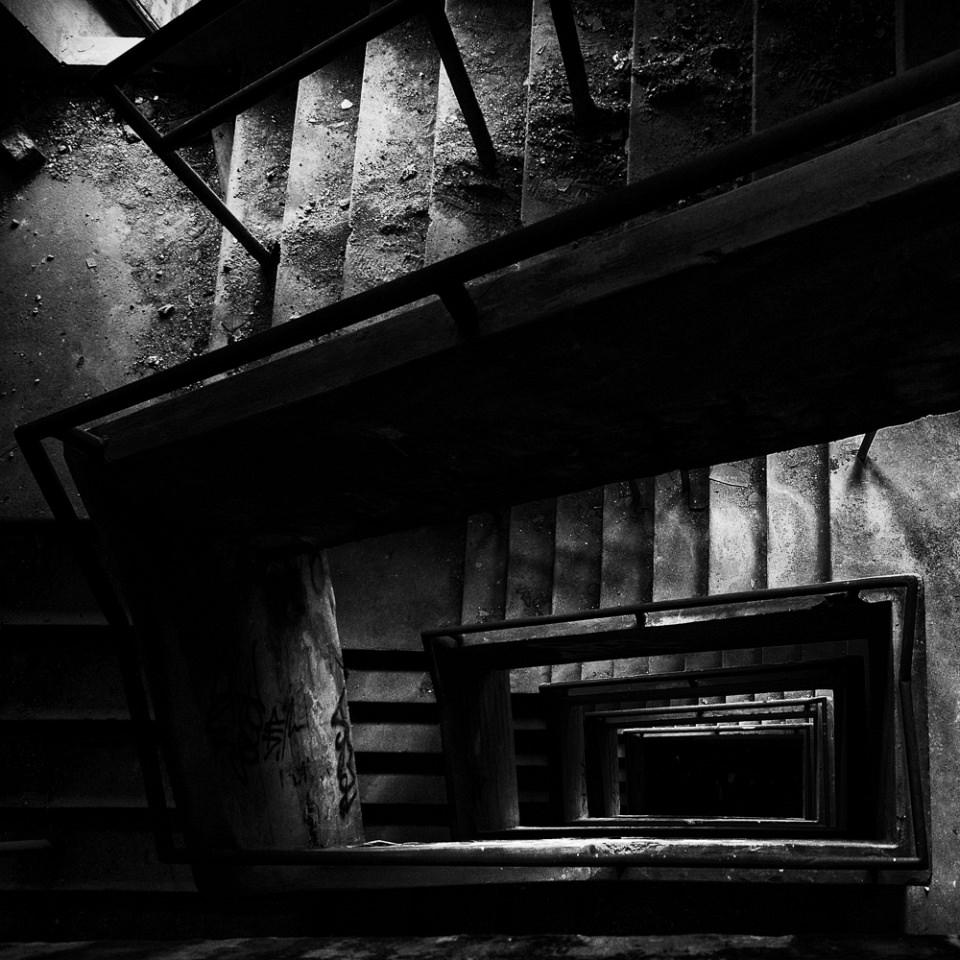 Dunkles Treppenhaus von oben, in schwarzweiß