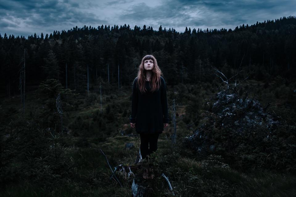 Eine junge Frau auf einer Lichtung