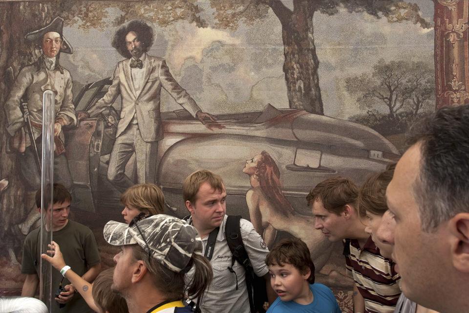 Einige Menschen vor einem Wandbild.